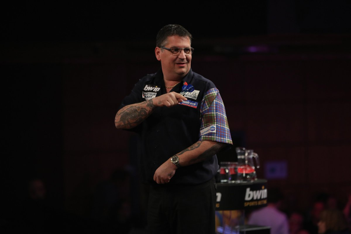 🏴 RESULT: Gary Anderson storms into the Last Eight in Wolverhampton with a 10-2 rout of Wesley Harms, hitting six 180s and averaging 101! #BwinDarts