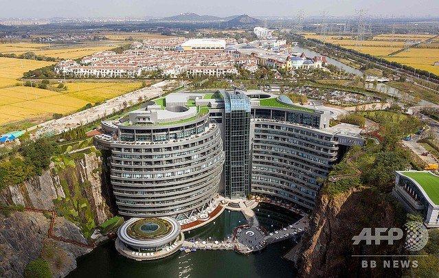 【中国・上海】高さ88m、採石場跡地の崖沿いに高級ホテル https://t.co/spThIh7WBV  建物は17階建てで部屋数336室を有し、総建設費は2億8800万ドル(約327億円)。テーマパークも併設しているという。