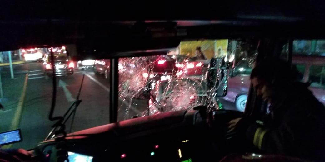 RT @bayron_lopez01 Ahora Asi quedo Carro de Bomberos Santiago luego de ser atacados por encapuchados  mientras Trabajaban para controlar Fuego en Vehículo polícial Alameda y Av. Diagonal Paraguay #nomasagrecionabomberos @reddeemergencia @biobio @alegriagonzaa
