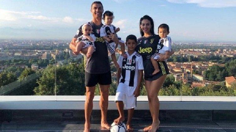Medios locales revelaron que Cristiano Ronaldo se comprometió con su novia Georgina Rodríguez y que la celebración de su matrimonio puede llegar en cualquier momento. #TVVenezuela #TVVNoticias