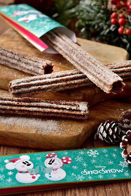 """クリスマス時期の定番""""チョコレートチュロス""""が今年も登場! チョコレート味のチュロスに雪のようなホワイトチョコシュガーをまぶした一品です。 https://t.co/LnyGHAwPDi   #ディズニークリスマス"""