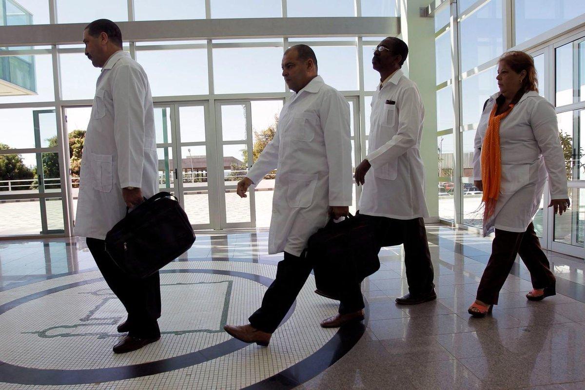Au Brésil, des milliers de médecins cubains pourraient faire leurs valises 🇧🇷  [EXPLICATION] Le président brésilien élu, Jaïr Bolsonaro, veut mettre un terme à un système de rémunération des médecins cubains travaillant au Brésil.  cc @PierreCochez https://t.co/ZiAsJMkkp9