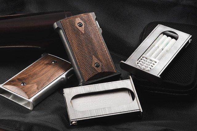【銭形警部の愛銃】「M1911」のグリップ部分を忠実に再現したカードケースが登場! https://t.co/0oYyMhr0mF  解除ボタンを押すとマガジンケースが飛び出るなど、まるで弾丸を再装填するような動作が楽しめる。