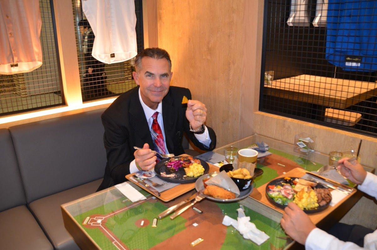 本日は「FIGHTERS DINING ROSTER」に、トレイ・ヒルマン元監督がご来店&恒例(?)の店内壁面への直筆サインもいただきました♪ #lovefighters #新千歳空港