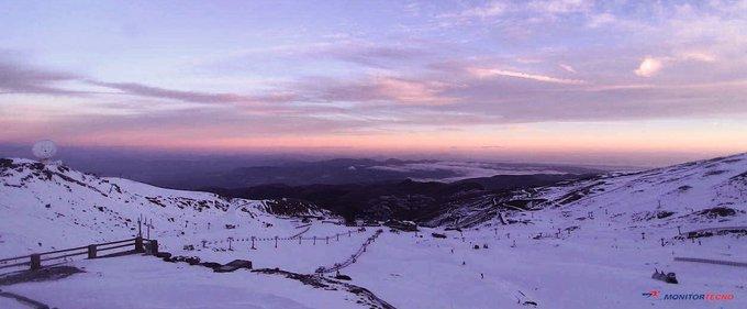 ¡Buenos días amantes de la nieve! Superado el ecuador de noviembre arrancamos el que parece que será el penúltimo viernes de la pretemporada. Así despierta hoy La Montaña del Sol. !Feliz viernes! #MonitorTecno #WinterSportShop #SkiRental #SierraNevada