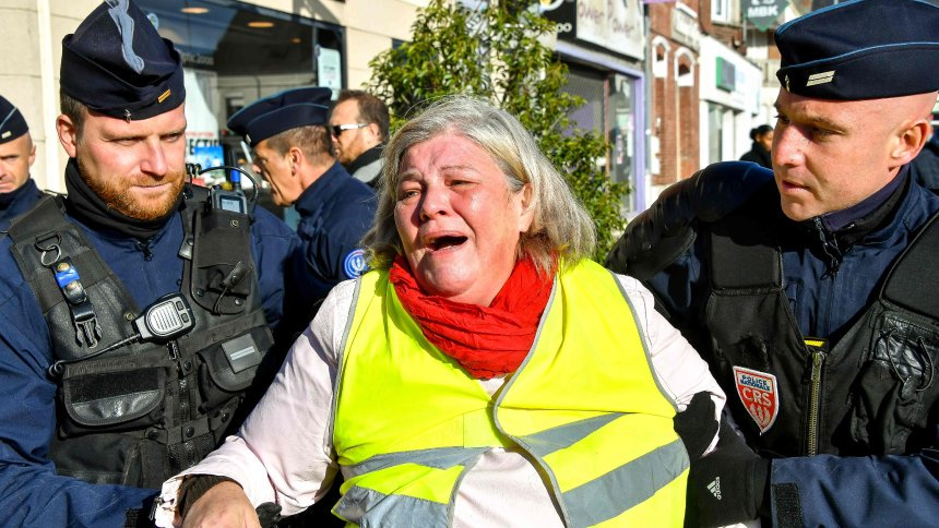 Proteste in Frankreich: Zwei Euro pro Liter Benzin - Wut über Macrons C02-Abgabe https://t.co/qZlxazdiWD