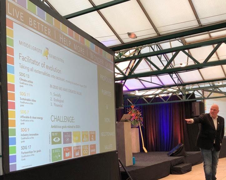"""Toekomst van de wijk in de wereld, volgens @RuudVeltenaar: """"Wat kunt u in de wijk doen om aan de mondiale doelstellingen van de @UN te voldoen? Verbeteren van democratie, samenwerken, corporaties en zeggenschap!"""" #lpbcongres"""