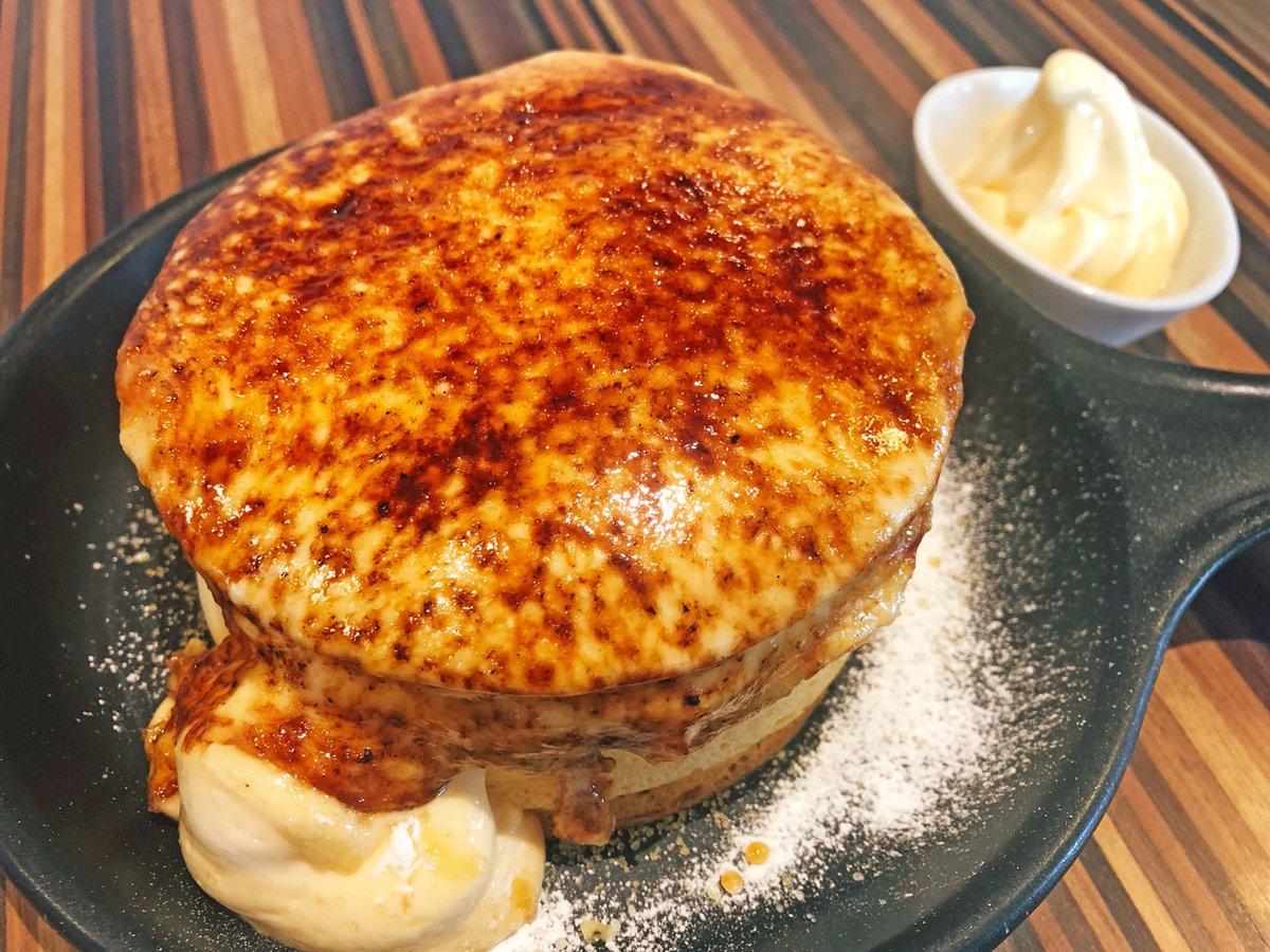 【TAMAGOYA】 @静岡:三島駅から車で16分  表面をこんがりとバーナーで炙ったブリュレパンケーキを食べられるお店。 オーダーすると目の前で炙ってもらえて、焦げ目がついていく姿に食欲は抑えきれない❗ 表面パリパリ、中はふんわり食感に思わず感動します🎶 濃厚なカスタードの風味がたまらない✨