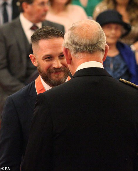 Tom Hardy beams with pride as he receives CBE for his services to drama from Prince Charles at Buckingham Palace 대박 하디 CBE(대영제국 훈작사) 받았네ㅜㅜㅜㅜㅜ 하디귀여워ㅜㅜㅜㅜㅜㅜㅜㅜㅜㅜㅜ잘생겼어ㅜㅜㅜㅜㅜㅜㅜ