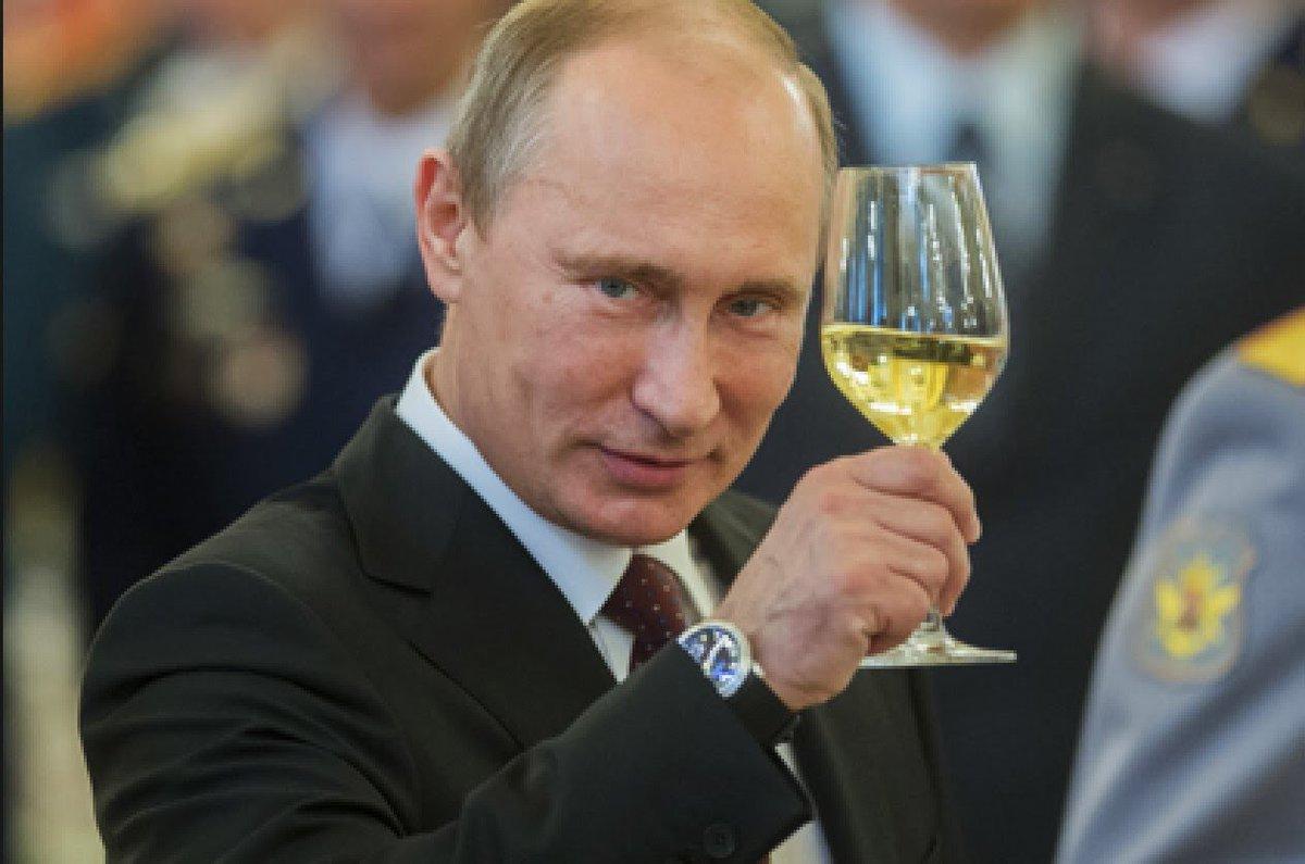 Пока Путин просит население 'отнестись с пониманием' к повышению пенсион возраста, друзья-олигархи осваивают бюджет: Дерипаска поставит 600 бронемашин Росгвардии за 2 млрд руб. Тимченко освоит 2,5 млрд на реконструкции аэропорта. Ротенберг за 80 млрд построит культурные комплексы