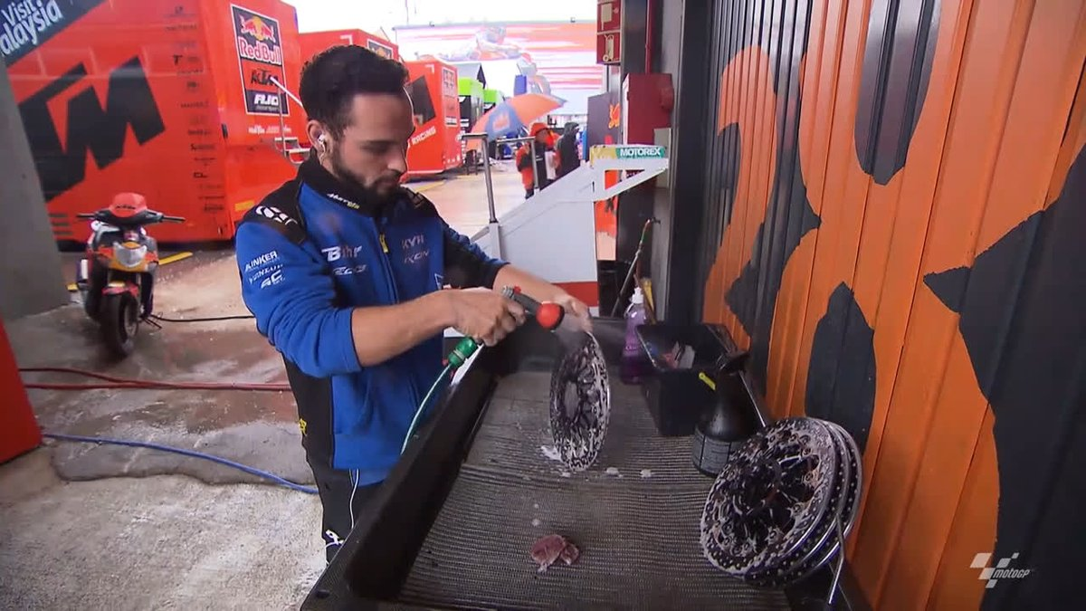 Cleaning time! ✨  Perfect preparation prevents poor performance at the #ValenciaGP 🇪🇸