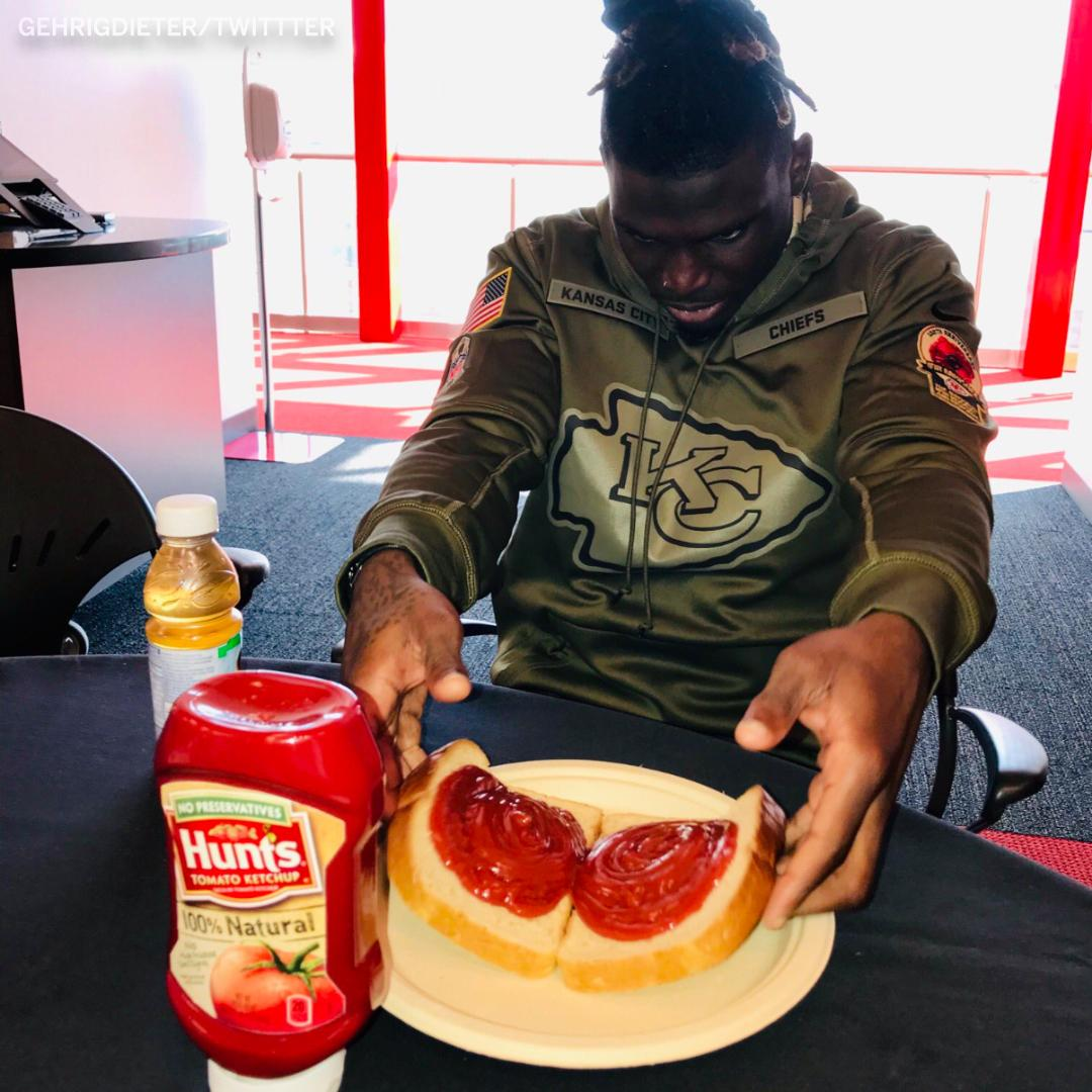 This is normal. Nothings weird about this at all @PatrickMahomes5 @cheetah . (via @GehrigDieter )