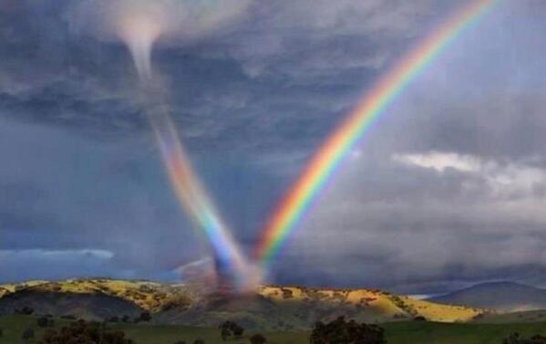 虹を巻き込んだ竜巻