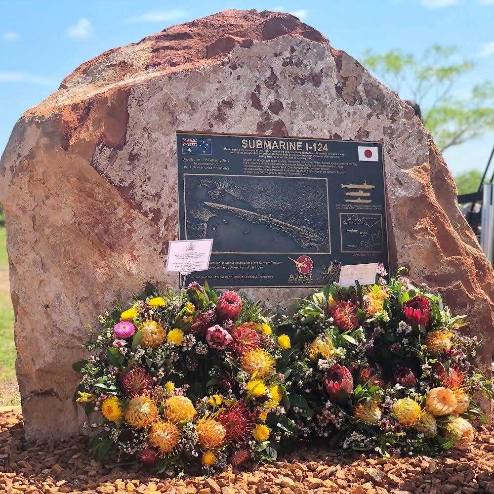 昭和17年1月、我が国の伊124号潜水艦は、オーストラリア、ダーウィン沖で犠牲となりました。その地を、総理大臣として初めて訪問し、慰霊碑に献花しました。