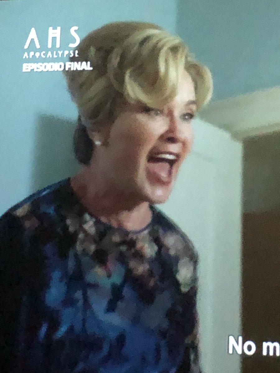American Horror Story se eleva cada vez que vuelve a aparecer Jessica Lange. #AHSApocalypse https://t.co/RJ2V9OEHSE