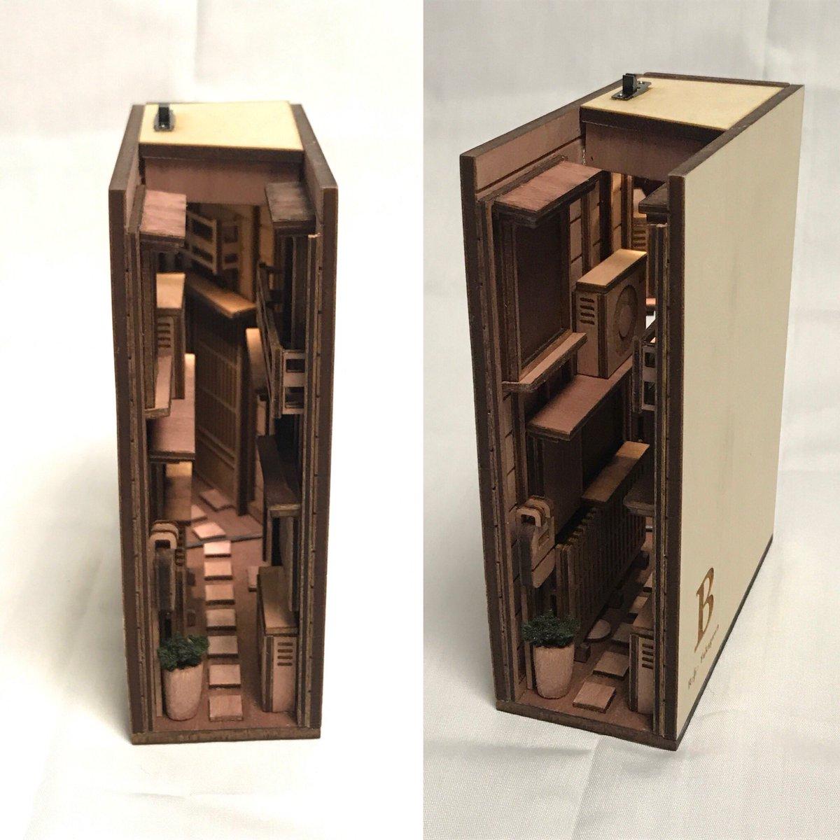 路地裏bookshelf 文庫本サイズ を作りました。 両面を開くことはできませんが小さくて可愛らしいです。 電源スイッチを表面につけました。  制作2018年 材質 木  #design #art #bookend #路地裏 #文庫