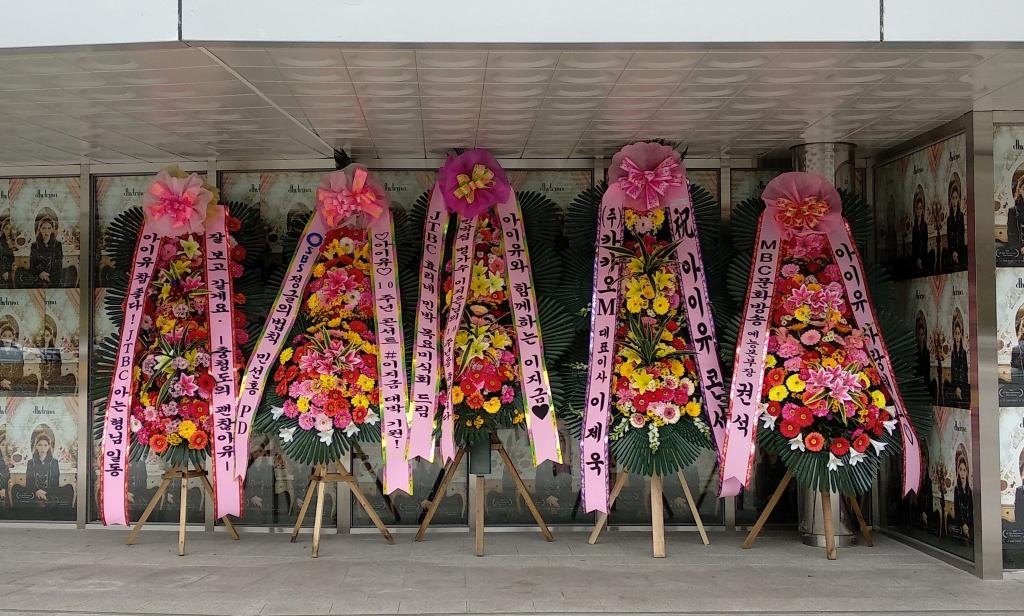Flower wreaths from CEOs and TV producers  <br>http://pic.twitter.com/upvPHhfSMv