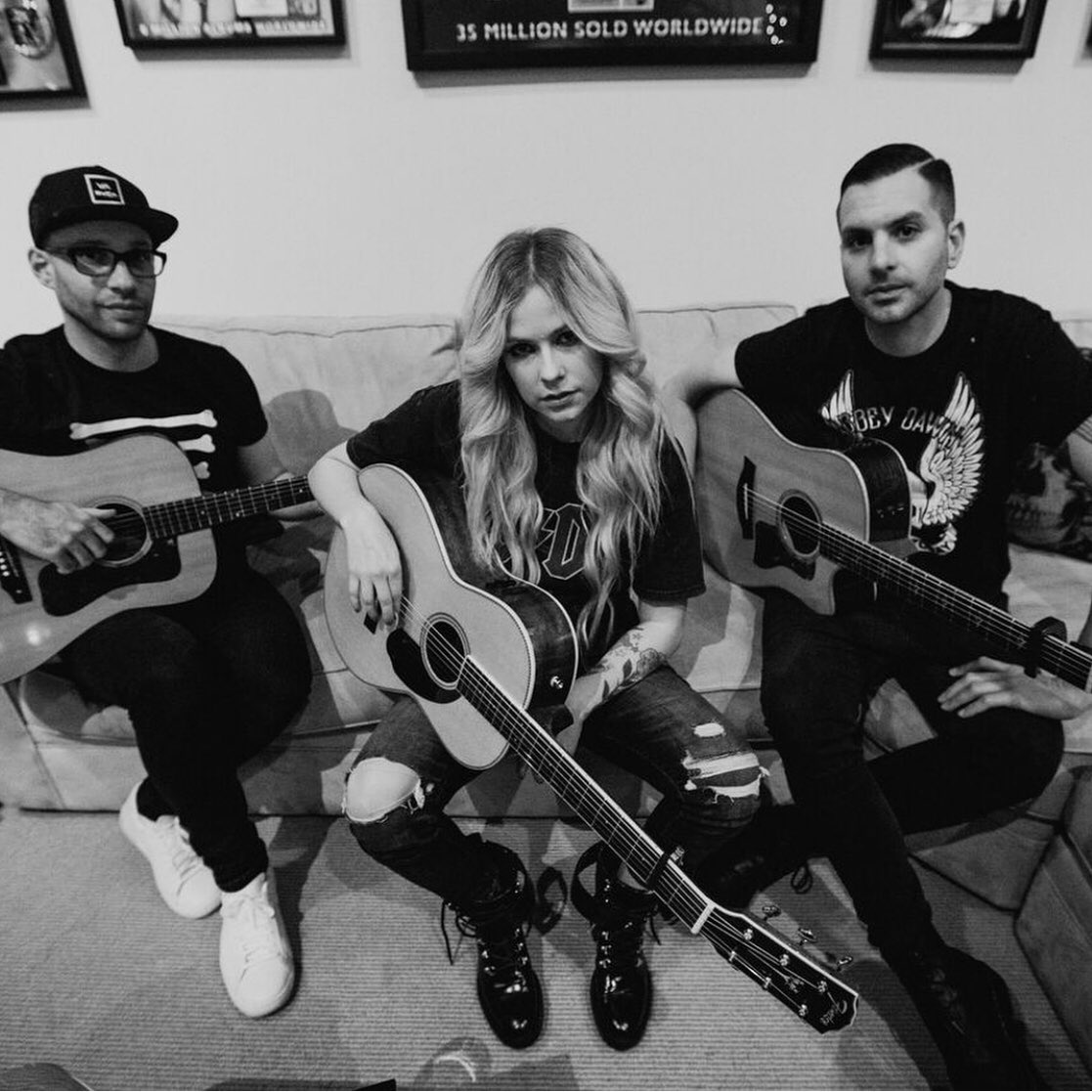 And learning NEW SONGS with my boys @DavidImmerman @AModernAnimal #fender #abbeydawn