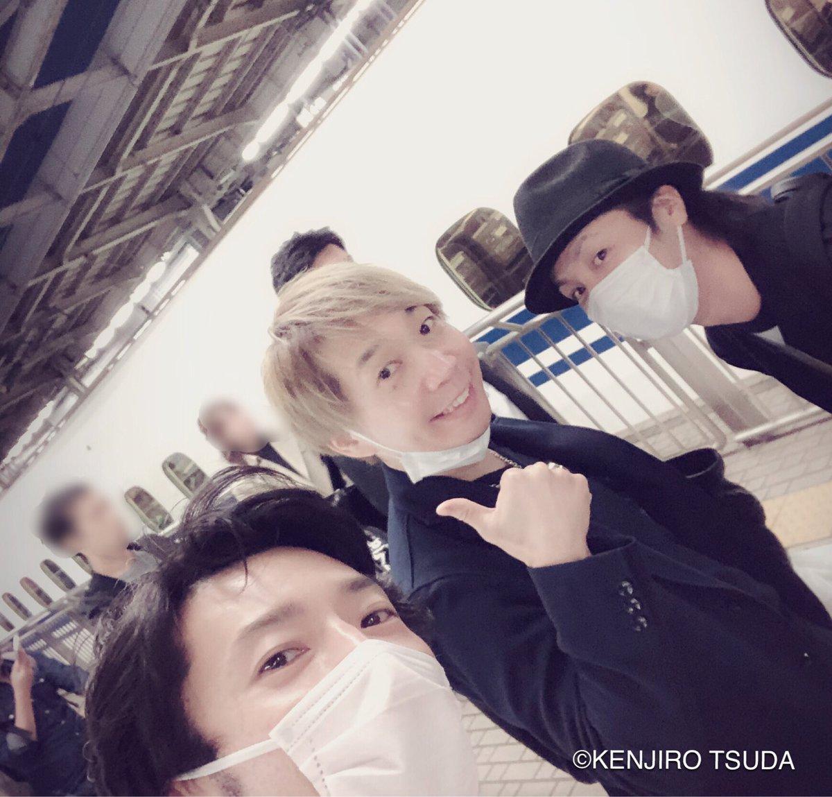 フェロ☆メンの3人で東京に戻る!ありがとう大阪!という風に見えるでしょ?(笑)諏訪部っちと鳥君にバッタリ。諏訪部っちとは前にもこんな事があったなぁ〜2人もお疲れ様〜