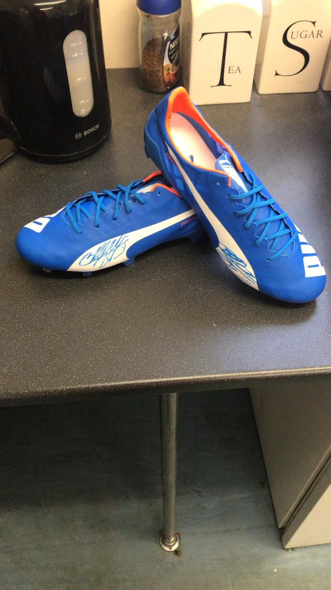 Tonight is the Auction Night at Merley Community Centre. Entry will be £5 to include fish & chips and everyone needs to bring something to put into the auction. @Fleety10 will be your auctioneer for the night. One of the main lots are some boots signed by Hector Bellerin. #afc