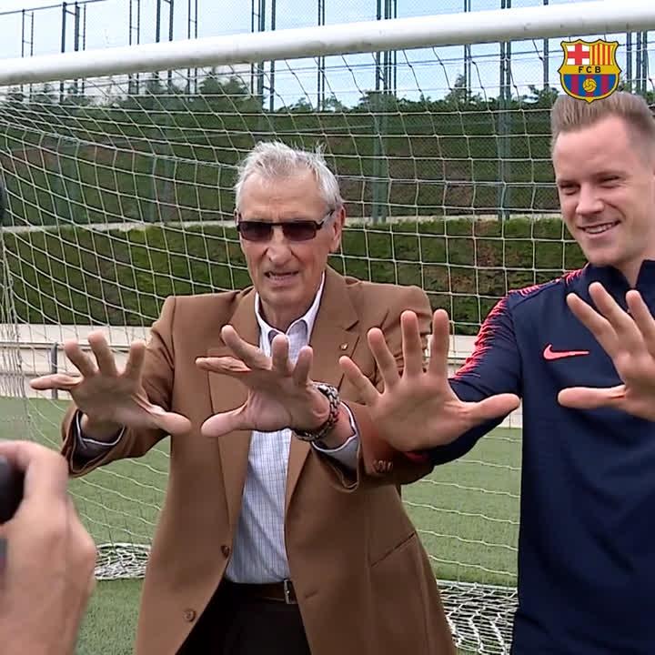 ✋ Sadurní & @mterstegen1 🤚 Barça goalkeepers past and present 🔵🔴 #ForçaBarça