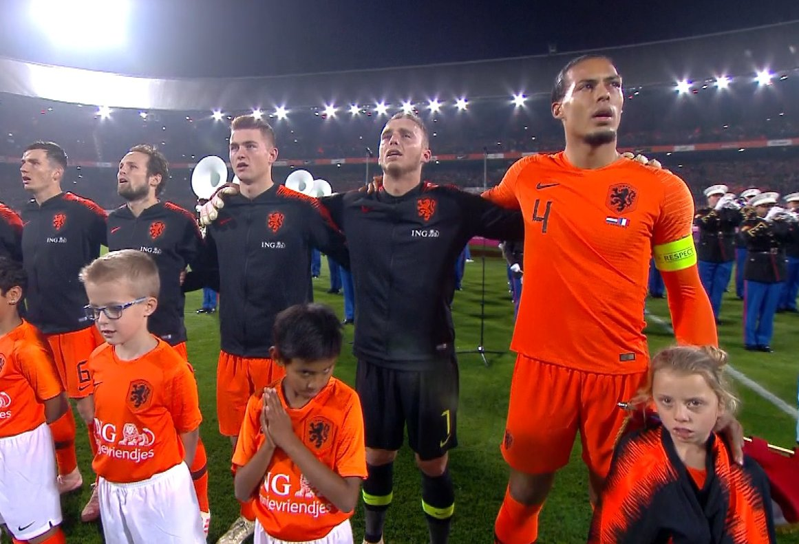 A lovely moment from Virgil van Dijk during the national team anthems last night. The girl standing in front of him was cold so he gave her his training jacket. That is our captain 🙌