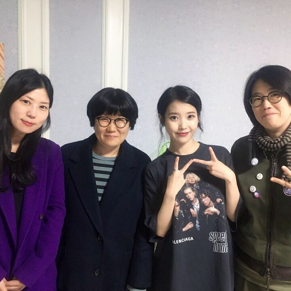 #아이유 #IU Producer Park Sun Kyung Instagram Update of backstage photo with IU   https://www. instagram.com/p/BqSUmiNAtx9/ ?utm_source=ig_share_sheet&amp;igshid=ue66ycauw2ya &nbsp; … <br>http://pic.twitter.com/dVd3jKxrgb