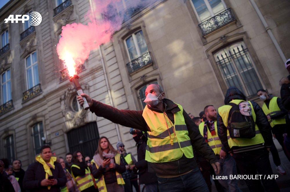 'La différence entre mon brut et mon net, c'est 1.000 euros, voilà pourquoi je suis là aujourd'hui', a déclare Valentine, 24 ans, intermittente du spectacle qui vit en Seine-Saint-Denis https://t.co/eI50UeDx8S @anne_lechvien #GiletsJaunes #AFP