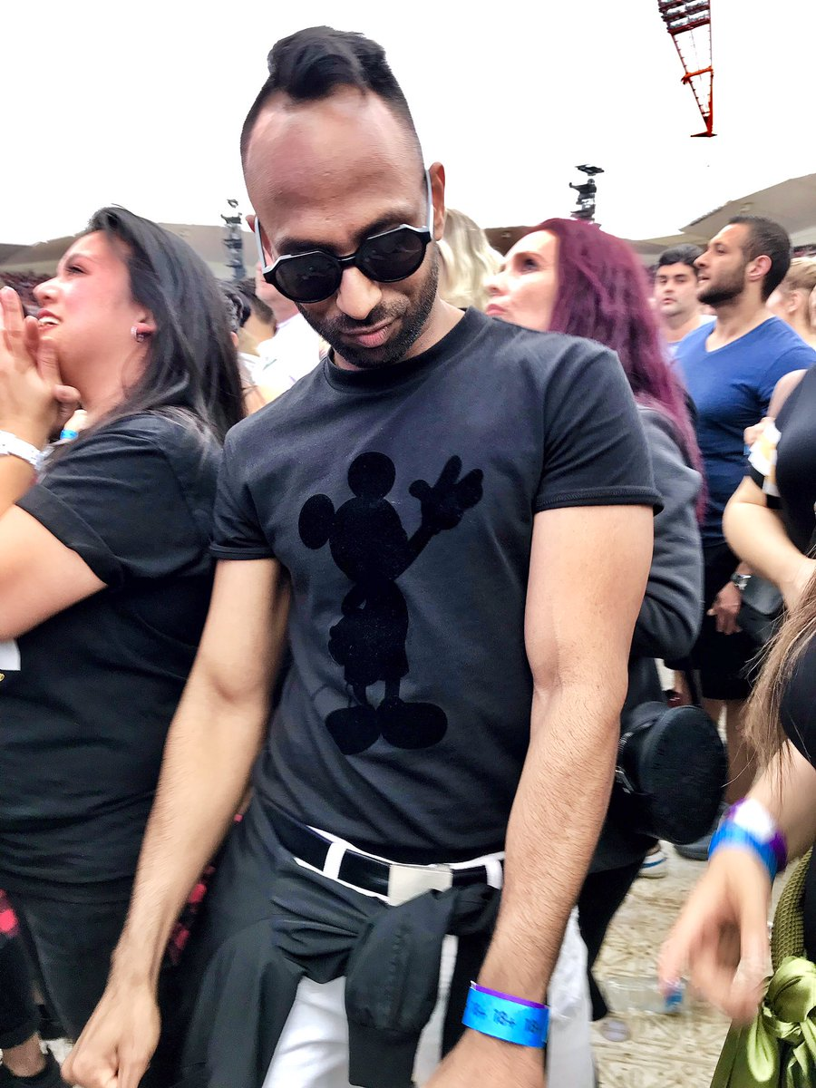 Dancing with Mickey at #rnbfridayslive on a Saturday, that's what's up 🎶🖤 https://t.co/9VvlFlmlGj