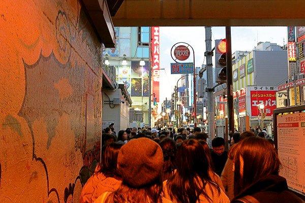 【韓国ブーム】週末の新大久保駅がカオス化、チーズドッグ目当ての若者に地元民も辟易 https://t.co/CpouJDhTU6  自撮りしながら買い食いする若者が歩道に溢れ、ゴミを捨てていったりとマナーの悪さが目立つという。