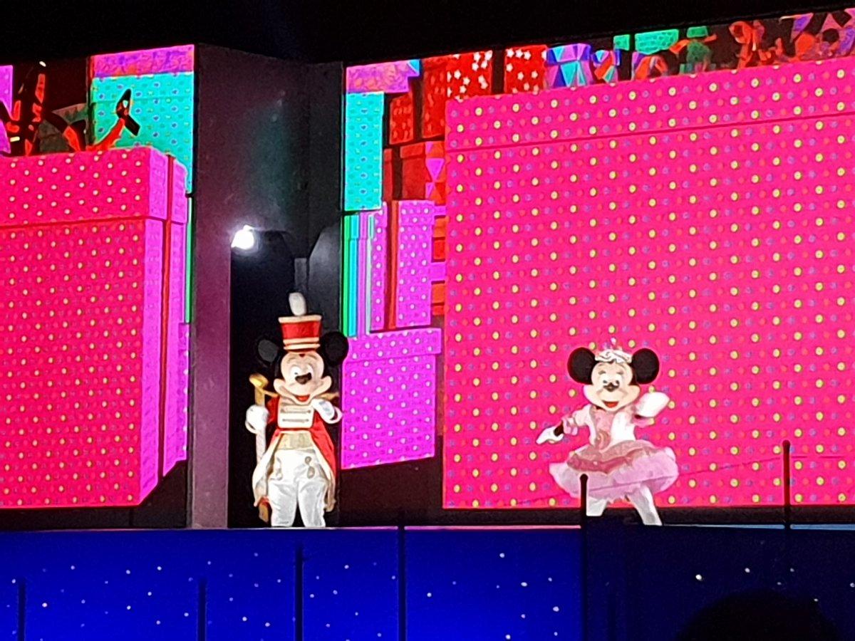 #Mickey a 90 ans!!! Et #Mimi danse pour l'occasion. Encore un beau #Noel chez @DisneylandParis...