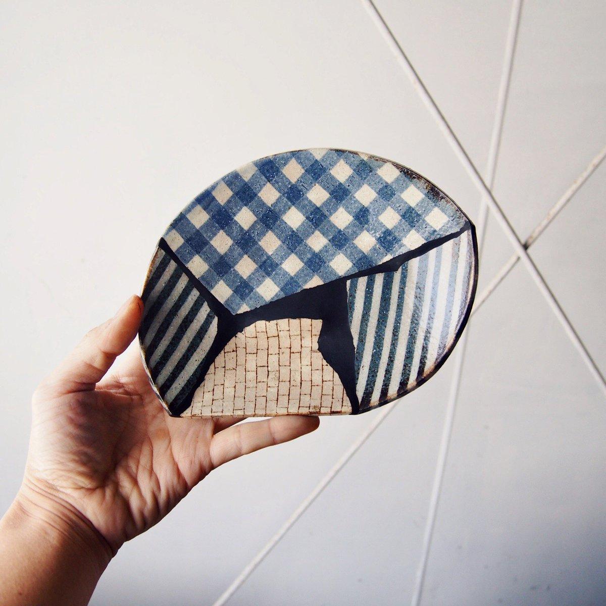 日本には「呼び継ぎ」という、うつわの欠けた箇所に全く別のうつわの陶片をあてがって修復する技法があります。  その応用編で、割れたうつわのピースを組み合わせてパッチワークのように継ぎました。  #金継ぎ #牧谷窯 #パッチワーク継ぎ