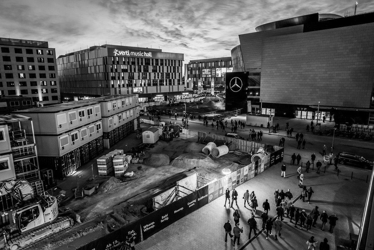 Das Unglaublichste ist dieser 'Mercedes-Platz'. Es fehlt dort nur die Statue eines streng dreinblickenden Herrschers, und das ganze architektonische Unglück könnte 1:1 in einem osteuropäischen totalitären Staat stehen. Wer denkt sich sowas aus? Wer genehmigt sowas?