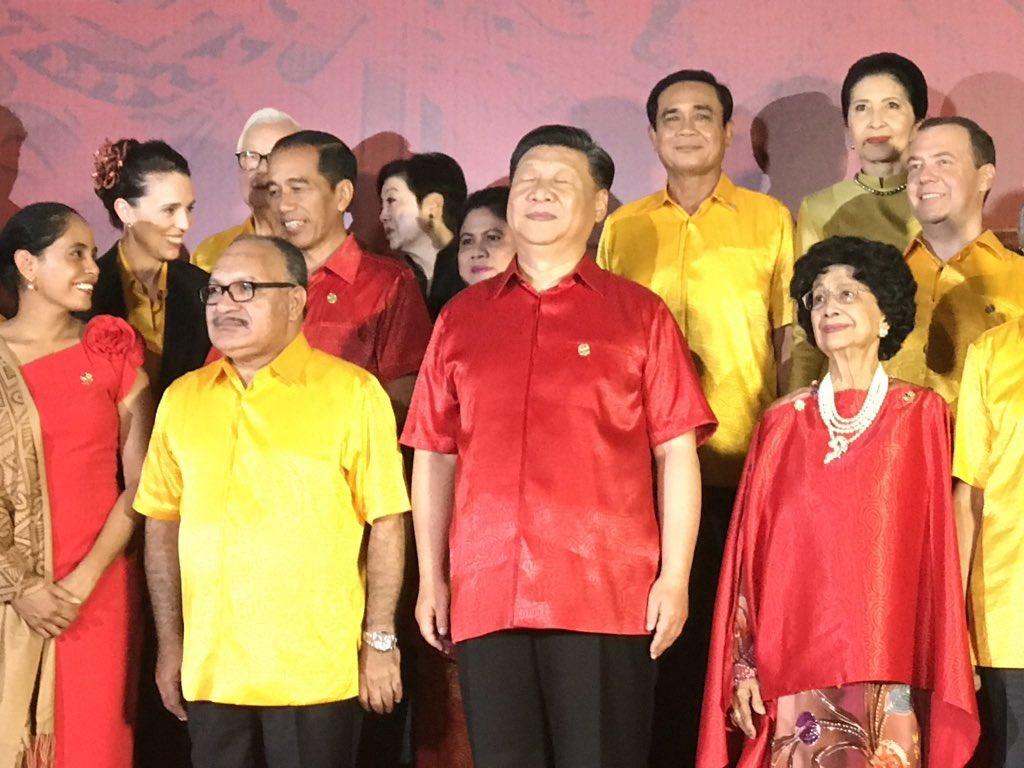 等一等让我想想,好像有些不对,那个谁也穿红色短袖T恤。