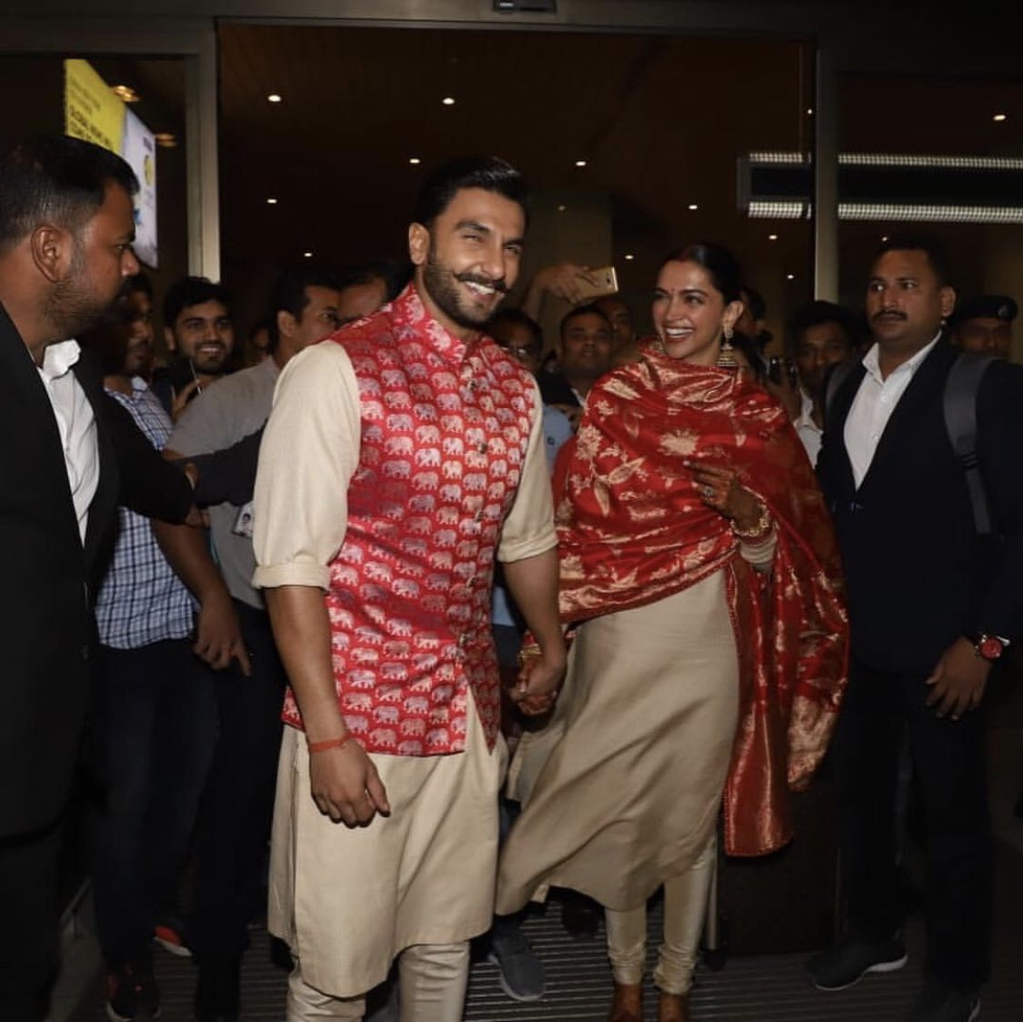 Look who's back! Newly weds @RanveerOfficial and @deepikapadukone snapped at the Mumbai airport earlier today. #DeepVeerKiShaadi