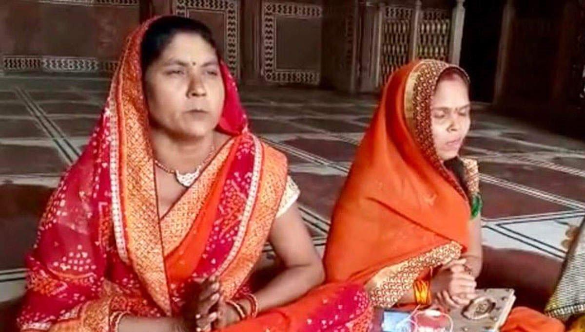 Women activists enter mosque at Taj Mahal, perform puja; video goes viral   Read: https://t.co/BjSEGc5Pr8 https://t.co/O83utwsJbx