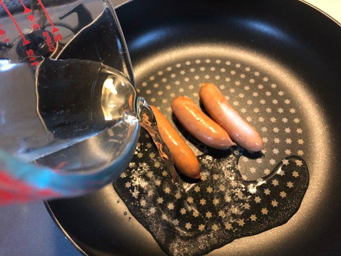 """何これ、うまぁああああああああ!!!!!!「ウィンナーがこんなにうまいとは」 油を使わない調理法""""焼きボイル""""が一番おいしい焼き方ではと話題に"""