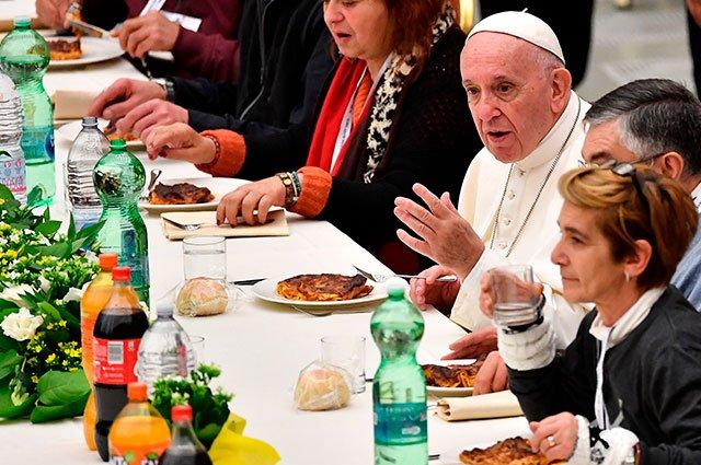 """""""Estruendo de uno pocos ricos, sofoca el grito de los pobres"""": papa Francisco https://t.co/MlvTPhO032"""