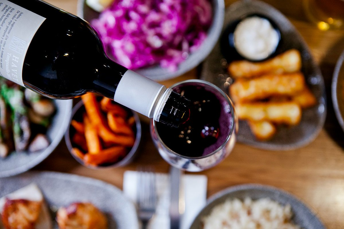 Wine and dine with us this Sunday and end your weekend #Havet style. 👌🍷  http://ow.ly/neFD30mBiBP