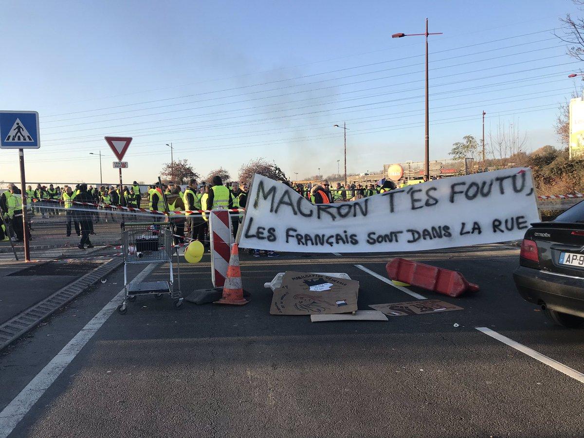 Je suis venu soutenir et écouter les centaines de #GiletsJaunes d'Hénin-Beaumont qui, pour la deuxième journée, occupent pacifiquement le rond-point de Beaumont. Le gouvernement doit arrêter de les mépriser. Stop au racket fiscal !