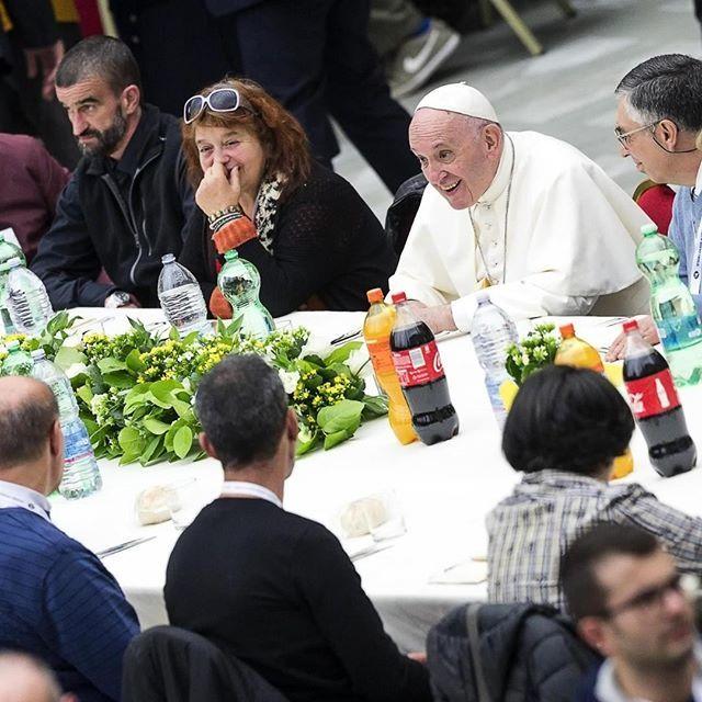 Per la Giornata  mondiale dei poveri, pranzo con 3 mila persone bisognose provenienti da tutta Italia per Papa Francesco nell'Aula Paolo VI (trasformata in una grande sala da pranzo). Nel menu: lasagne, bocconcini di pollo, purè di patate e tiramisù … https://t.co/RQRsz0KAdZ