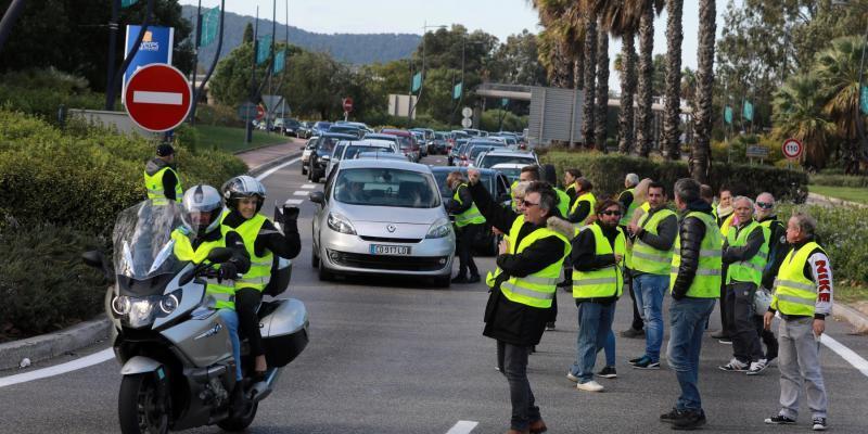 Le mouvement 'Gilets jaunes' devrait se poursuivre lundi à Hyères https://t.co/Cx8TdN9dMl