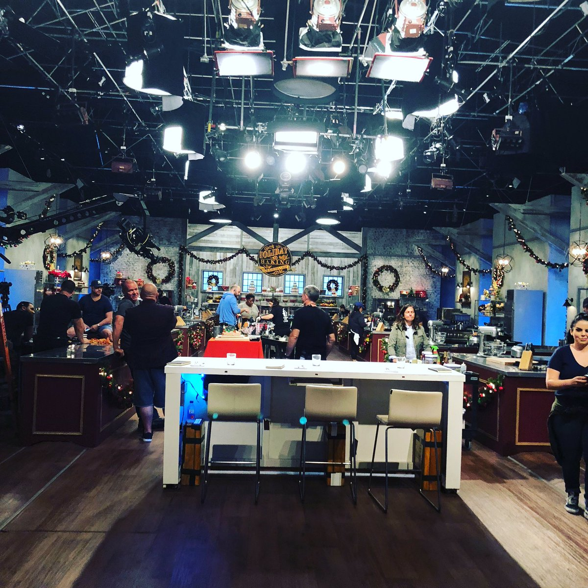 Behind the scenes at #holidaybakingchampionship! We are such a fun work family! #foodnetwork https://t.co/uHApa5PB8Y