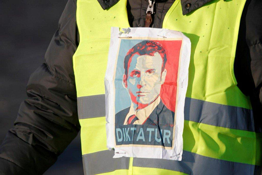 Macron's popularity dips as French fuel tax revolt simmers https://t.co/mldhSzYm2A https://t.co/C6d68xlOf2