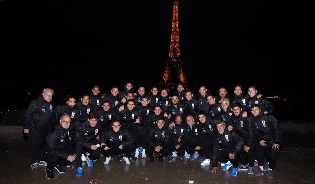 El plantel de @Uruguay en la Torre Eiffel. 🇺🇾 🇫🇷