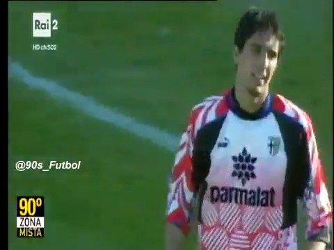 Un 19 de noviembre de 1995, Gianluigi Buffon🇮🇹 debutó en la serie A, en un Parma 0-0 AC Milan. Al final fue elogiado por Fabio Capello.