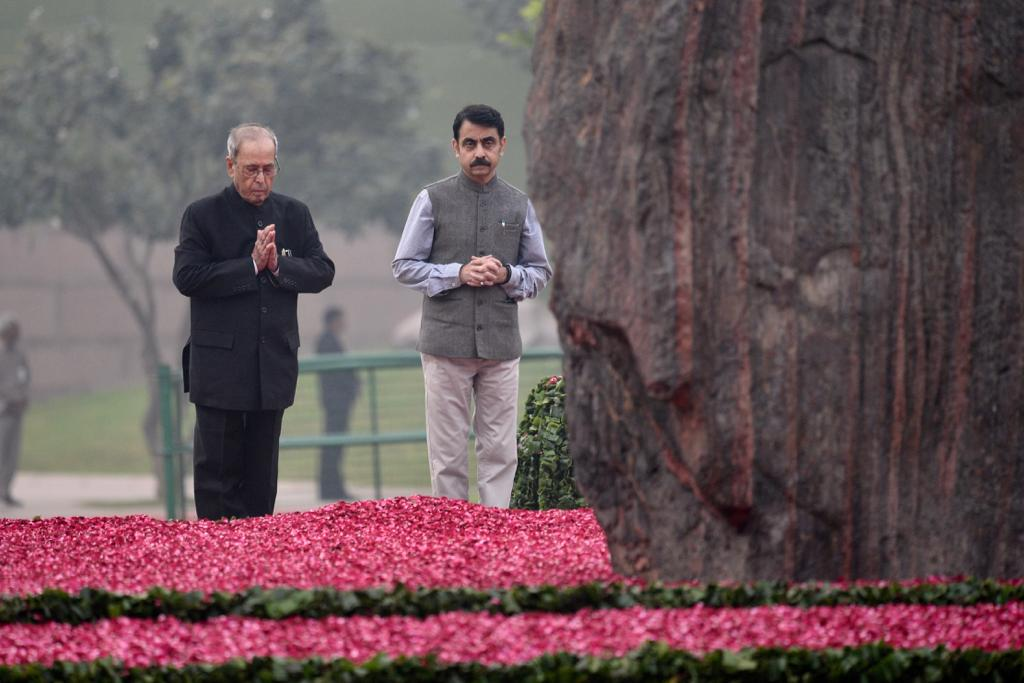 Former President of India Pranab Mukherjee & former Vice President Mohammad Hamid Ansari pay their respects to Smt. Indira Gandhi at Shakti Sthal, on her birth anniversary.