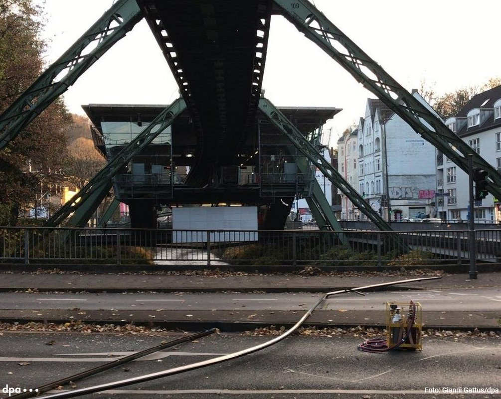 DsWYT5gWsAAeIP7 - The Schwebebahn has a big problem!