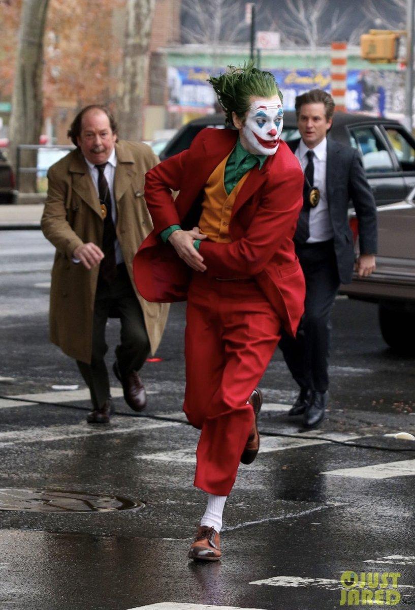 Joker (Origin Story) par Todd Philips produit par Scorcese (Elseworld) - Page 9 DsWaDHkWoAA_C2O