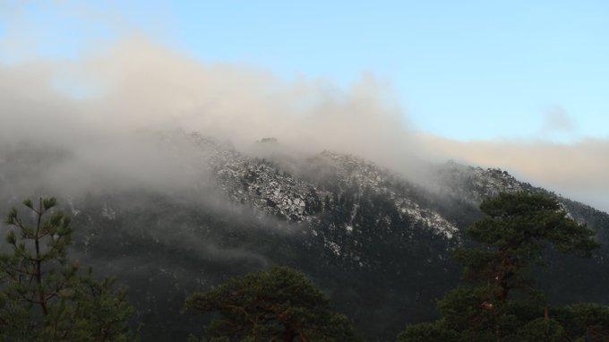 Asoman entre las nubes algunas cumbres del Guadarrama desde el puerto de Navacerrada. @DSantosMunoz